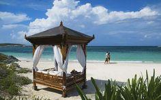 Praia paradisíaca tem um bangalô para deitar e ficar observando a linda paisagem