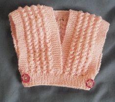 """Cet attendrissant cache-cœur est un modèle ancien, 1980 environ, (catalogue Phildar layette n°79, tricoté avec de la laine """"pronostic""""). Lai..."""