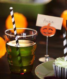 Texto: Detalle de un vaso lleno de una bebida verde