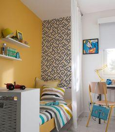 Voilage blanc en coton pour le lit et mur jaune lumineux