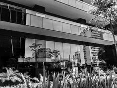 Foto do prédio espelhando o skyline de São Paulo - Av. Brigadeiro Faria Lima