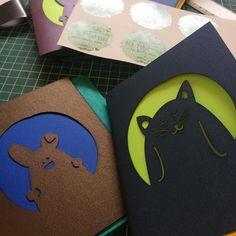 Vamos a participar por primera vez en @bazarlaveganeria (14-16 de octubre) :D y es edición especial de animales <3 por eso estoy elaborando muchas librerías con los personajes más bonitos y los interiores hechos con papel reciclado  #binding #animals #lasercut #colors #design #handmade #bunny #cat