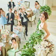大階段やプライベートテラスを備え、吹き抜けの大空間が広がる華やかなパーティー会場。千葉県・千葉みなとの結婚式場「ザ・ミーツ マリーナテラス」のバンケット「CASA FREESIA(カーサ・フリージア)」をご案内いたします。