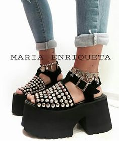 ¡Los zapatos más chic que encontrarás! Pin Up Outfits, Swag Outfits, Fall Outfits, Ugly Shoes, Comfy Shoes, Gothic Shoes, Platform Shoes Heels, Flip Flop Shoes, Beautiful Outfits