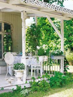 Here's Grandma's wee back porch, it's so sweet.........