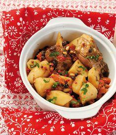 Το κρέας που σφραγίζεται μέσα σε πήλινη γάστρα και αργοψήνεται έχει μοναδική νοστιμιά. Αν κλείσουμε μαζί του άρωμα μαστίχας, πιπεριές Φλωρίνης, ντομάτα, πατάτες, σταφίδες και κουκουναρόσπορους το αποτέλεσμα απογειώνεται. #κατσικάκι #κατσίκι Greek Recipes, Meat Recipes, Healthy Recipes, Potato Salad, Food Porn, Food And Drink, Menu, Chicken, Cooking