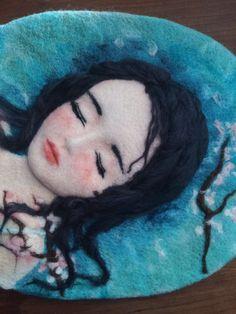 Details of needle felting sleeping girl. Instagram:@EchoMa_