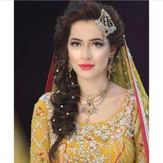 Beautiful Hijab Style For Wedding 2018 In Different Design Pakistani Bridal Makeup, Pakistani Wedding Outfits, Indian Bridal, Pakistani Mehndi, Mehendi, Mehndi Hairstyles, Bride Hairstyles, Engagement Hairstyles, Pakistan Wedding