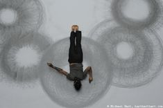 American conceptual artist Tony Orrico creates large-scale drawings through live performances, using his own body as a physical tool for illustration. Mathematical Drawing, Heather Hansen, Performance Artistique, Drawing Machine, Body Drawing, Human Drawing, Gesture Drawing, Contemporary Artists, Modern Art