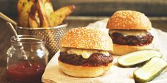 Spicy Sliders with Garlic Fries Slider Sandwiches, Sliders, Dude Food, Spicy Recipes, Fries, Good Food, Tasty, Meals