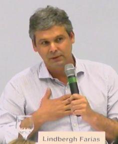 """Ô se fizeram...  Brasil 24.04.17 16:09  Lindbergh acaba de dizer no seminário do PT sobre economia que os governos Lula e Dilma fizeram """"uma política de investimentos na Petrobras""""."""