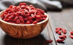 Le proprietà benefiche Bacche di Goji Le Bacche di Goji sono dei frutti apprezzati per le qualità terapeutiche e nutritive. Ricchi di vita goji bacche salute alimentazione