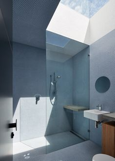 The Dark Horse house by Architecture Architecture makes use of a narrow lot to reach skyward. This isn't the only roof opening in the house, but this bathroom skylight is a great representation of the geometric light forms created throughout the home. Australian Architecture, Contemporary Architecture, Architecture Design, Skylight Bathroom, Ideas Baños, Journal Du Design, Loft, Palette, House Extensions