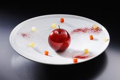 RyuGin's 'Apple Candy', coloured caramel coating and filled with sherbet that has been frozen with liquid nitrogen to -196℃ and turned into a silky powder.