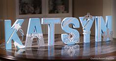 Creado con atención al detalle y hechos a mano con amor, este azul y plata cartas personalizado será perfecta para las princesas de todas las edades! ¡Perfecto para las paredes de la habitación y hogar decoraciones demasiado! Cartas están hechas de papel maché y cada letra es