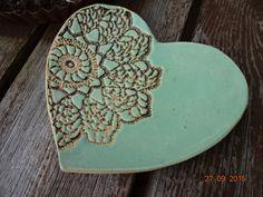Keramik Schale Schmuckschale Herz In die Herzschale aus Keramik wurde teilweise ein Muster eingedrückt und teilweise mit Lindgrün glasiert. Das Keramik Herz ist ca. 13 cm breit und ca. 14 cm...