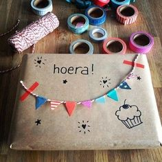 Masking tip idee: Pimp je verjaardagskado met masking tape - Buy Present Wrapping, Creative Gift Wrapping, Creative Gifts, Diy Wrapping, Gift Wrapping Ideas For Birthdays, Birthday Gift Wrapping, Cute Gifts, Diy Gifts, Handmade Gifts