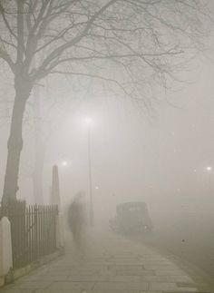 "Photo of the London Smog Disaster of When atonement is needed, the ""miracle"" should be at least equal to the caused disaster. London History, Tudor History, British History, Asian History, Old London, London Photos, Old Photos, Vintage Photos, Historical Photos"
