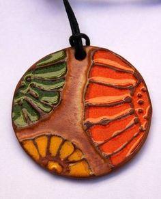 ABruxinhaCoisasGirasdaCarmita: Peça em cerâmica (pendente)