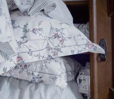 Nahaufnahme von STENÖRT Bettwäsche-Set mit Blumenmotiv und einer grau gestreiften Rückseite