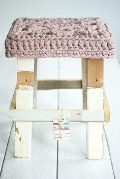 """""""wood wool zpagetti stool"""" crochet cover for wooden stool Crochet Home, Love Crochet, Diy Crochet, Chunky Crochet, Crochet Fabric, Stool Cushion, Stool Covers, Seat Covers, Cotton Cord"""