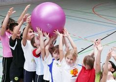 1000 and a game with physioballs - Kinderspiele Zumba Kids, Kids Gym, Yoga For Kids, Exercise For Kids, Kids Sports, Pe Activities, Indoor Activities For Kids, Physical Activities, Games For Kids