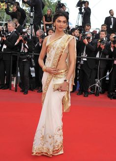 Deepika Padukone in Saree. Deepika Padukone is the current flavour of the season, she is all over the place,and there?s another SRK-Deepika film coming up Deepika Padukone Saree, Sonam Kapoor, Aishwarya Rai, Bollywood Saree, Bollywood Fashion, Bollywood Actress, Indian Dresses, Indian Outfits, Indian Clothes