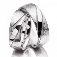 Ben je op zoek naar #trouwringen voor je #bruiloft? Wat vind je van deze stoere witgouden #Meister trouwringen? De ringen zijn mat, hamerslag afgewerkt. De dames ring is bezet met een briljant. www.trouwringspecialisten.nl Meister trouwringen 112.8873.01