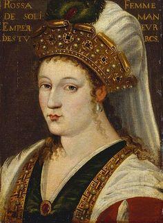 O dönemin Avrupa elçileri tarafından kızıl saçlı, yeşil gözlü ve beyaz tenli olduğu vurgulanmıştır. Eşi Kanuni Sultan Süleyman'ın da kendisine yazdığı gazel ve şiirlerden de bu anlaşılmaktadır. Kendisi adına çizilen portreler tamamen ressamların hayal ürünü olup, gerçeği yansıtmamaktadır. Bunun yanında Osmanlı İmparatorluğu'nda adına en çok portre yapılmış sultandır.