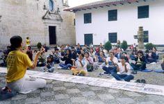 13/05/2004: Cajamarca, Perú. Después de que la señora encargada del Centro Cultural de Cajamarca se enterase sobre Falun Dafa, estuvo muy feliz y dispuesta en permitir que los practicantes realizen las demostraciones de los ejercicios de Falun Dafa para los habitantes locales en su centro.