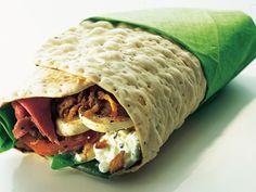 Recept på wraps med rostbiff. När du behöver en snabb middag eller lunch är tunnbrödet din bästa vän. Fyll det med rostbiff, keso och goda grönsaker, rulla ihop och njut.