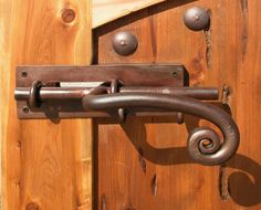 Gate latch ideas – There are several types. You can select the right one to best suit your gate and fence. Gate latch hardware is for sure an important Blacksmith Shop, Blacksmith Projects, Glass Door Hinges, Custom Gates, Gate Hardware, Gate Latch, Wooden Gates, Knobs And Knockers, Iron Art