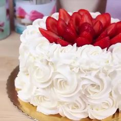 Love this buttercream piping technique! Credit: Cakepedia Love this buttercream piping technique! Cake Decorating Videos, Cake Decorating Techniques, Mini Cakes, Cupcake Cakes, Piping Techniques, Egg Cake, Strawberry Cakes, Strawberry Shortcake, Wedding Cupcakes