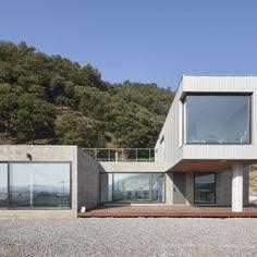 전문가들을 통해서 건축 아이디어 및 영감을 얻어보세요. Cheongju University Department of Architecture 의 청양주택 | 호미파이 & homify Container House Plans, Facade House, Minimal Design, Exterior Design, Architecture Design, House Design, Patio, House Styles, Modern