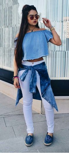 Blusa Jeans + Calça Jeans Branca + Casaco Jeans Amarrado Na Cintura + Sapatênis Jeans