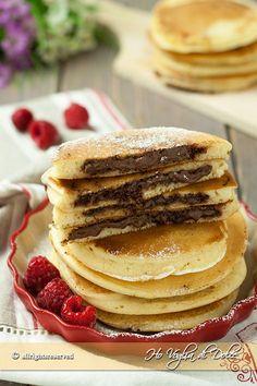 Pancakes ripieni alla Nutella, dal cuore morbido e golosissimo di cioccolato. Frittelle americane per la colazione e la merenda. Ricetta facile e veloce