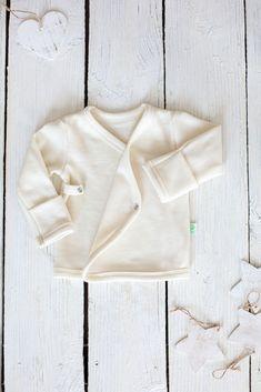 Newborn kimono shirt ✓ Organic and natural merino wool ✓ Warm, soft, gentle ✓ Must-have for babies ✓ International shipping ➜ Shop now! Baby Kimono, Kimono Shirt, Hospital Bag Essentials, Newborn Outfits, Baby Shirts, Babyshower, Baby Items, Merino Wool, Cute Babies
