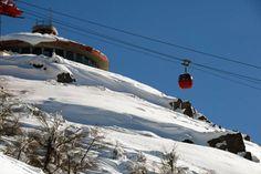 En breves trayectos es posible conocer el Cerro Otto y su emblemática Confitería Giratoria; el Cerro Tronador recorriendo el margen del Lago Gutiérrez y Mascardi; y el majestuoso Cerro Catedral con su excepcional centro de esquí.