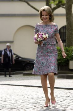 Queen Mathilde of Belgium arrives to attend a ceremony to award the Queen Mathilde Award 2018 on May 2018 in Brussels. Satin Dresses, Prom Dresses, Formal Dresses, Batik Dress, Lace Dress, African Women, African Fashion, Style Royal, Ankara Gown Styles