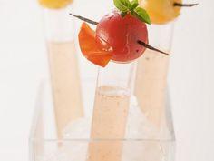 Tomatenbrühe mit Vanille ist ein Rezept mit frischen Zutaten aus der Kategorie Fruchtgemüse. Probieren Sie dieses und weitere Rezepte von EAT SMARTER!
