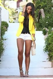 short blanco con blazer amarillo