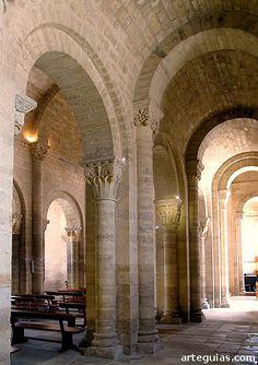 Columnas y pilares en la iglesia románica de San Martín de Frómista, Palencia Romanesque Art, Romanesque Architecture, Round Arch, Brick Building, Vaulting, Ancient Greece, Byzantine, Beautiful Homes, Concept Art