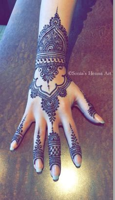 As the time evolved mehndi designs also evolved. Now, women can never think of any occasion without mehndi. Let's check some Karva Chauth mehndi designs. Simple Arabic Mehndi Designs, Henna Art Designs, Mehndi Designs For Girls, Mehndi Designs For Beginners, Modern Mehndi Designs, Mehndi Design Photos, Mehndi Designs For Fingers, Mehndi Simple, Beautiful Mehndi Design