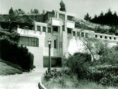 Samuel-Novarro House, Los Angeles, California, 1920 Designed by: Lloyd Wright (eldest son of FLW) Frank Lloyd Wright, Hollywood Hills Häuser, Beverly Hills Houses, Rich Home, Famous Architects, House Built, Celebrity Houses, Architect Design, California