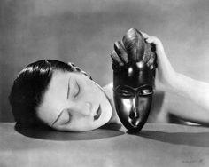 """""""La Noire et la Blanche"""" photo de Man Ray représentant Kiki de Montparnasse avec un masque africain en 1926 : https://fr.wikipedia.org/wiki/Noire_et_Blanche - Il est évident que la pose de Kiki (muse et maîtresse du photographe) est inspirée de la sculpture de Constantin Brancusi intitulée """"La Muse endormie"""" (1910) Man Ray et Brancusi étant lié d'amitié. http://mediation.centrepompidou.fr/education/ressources/ENS-brancusi/ENS-brancusi.htm"""