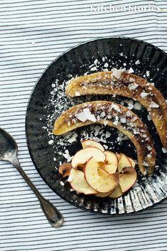 Leckeres gesundes Dessert mit gebackener Banane und selbstgemachten Apfelchips. Rezept mit detaillierter Anleitung. #gebackenebanane #schnellesdessert #apfel