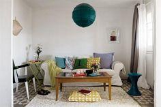 Un depto joven y con mucha onda  En el sofá tapizado en gabardina blanca (Ikea), todo el color de los almohadones y la manta verde lima (Zara Home), un tono casi idéntico al de las sillas plegables del comedor.