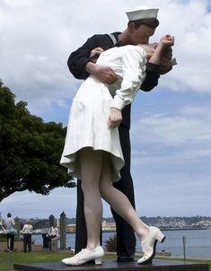 Six unusual outdoor sculptures around the world - Unconditional Surrender - Sarasota Fl!