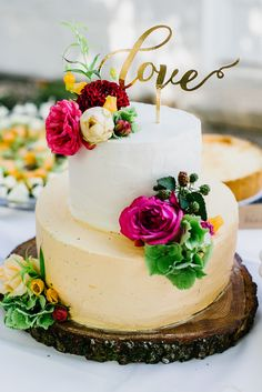 Real wedding: bohemian rustic, wedding cake, cake topper, white-cream cake, real flower decoration www. Pretty Cakes, Beautiful Cakes, Brides Cake, Rustic Wedding, Wedding White, Garden Cakes, Bridal Shower Cakes, Amazing Wedding Cakes, Flower Decoration