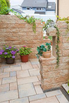 Zwei versetzt angelegte Ruinenmauern versperren den Blick in den Garten. Eine tolle Gestaltungslösung, die Sichtschutz garantiert und was fürs Auge ist!
